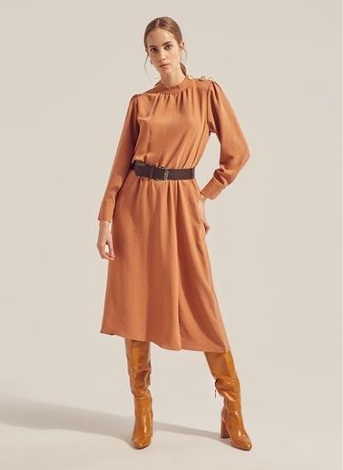 Monamoda Petek Dokulu Metal Aksesuarlı Elbise Camel